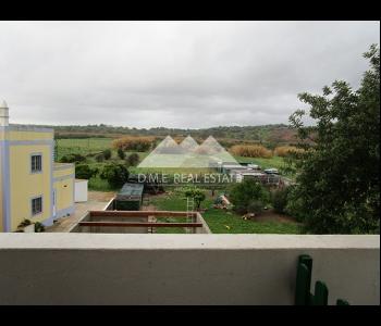 Casa com 240m2 e terreno de 8.640m2 em total em Tavira